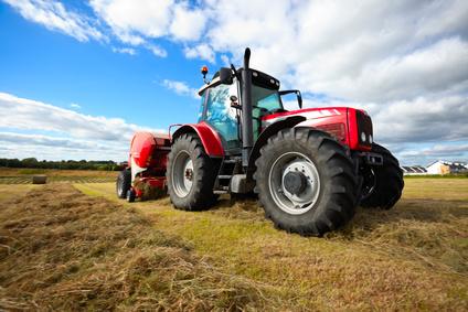 Ein Traktor, der auf einem Feld fährt.