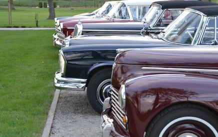 Oldtimer auf einem Parkplatz.