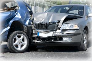 Zwei Autos bei einem Unfall.